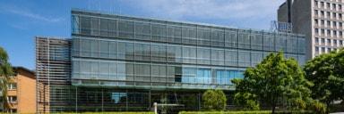 Außenansicht eines Bürogebäudes mit Glasfassade